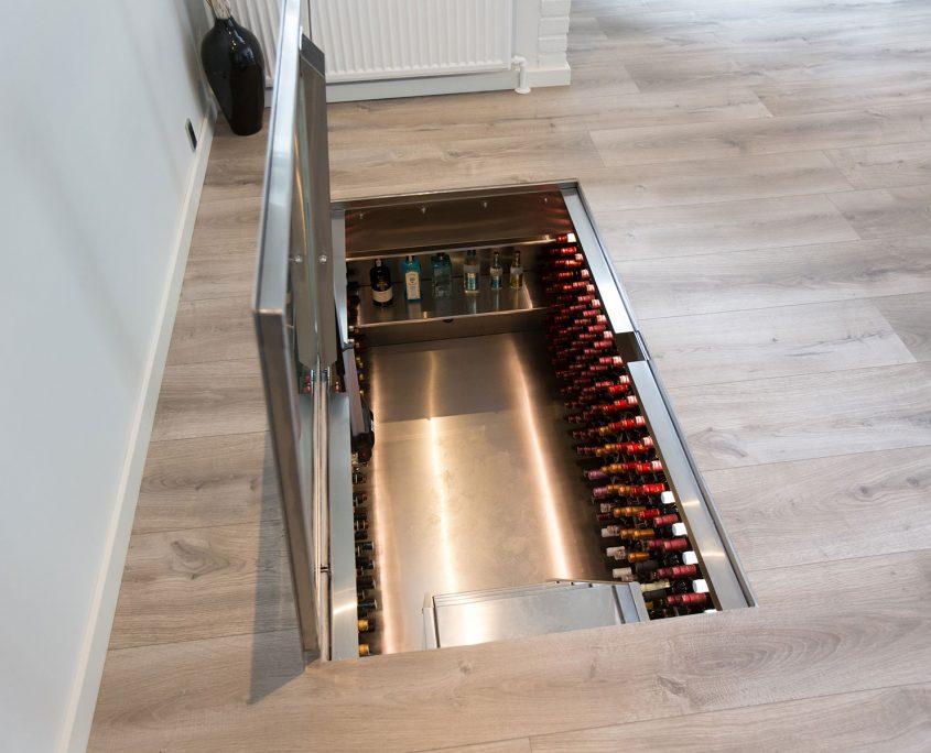 Vinorage vinkælder i gulv med åben glaslåge