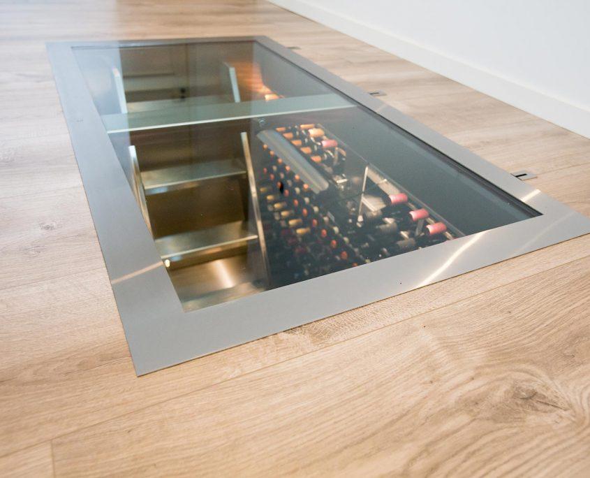 Vinorage vinkælder i gulv med lukket glaslåge